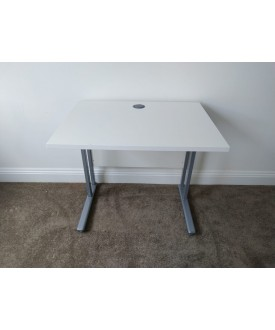 White straight desk - 800 x 600