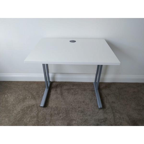 White straight desk - 800 x 600